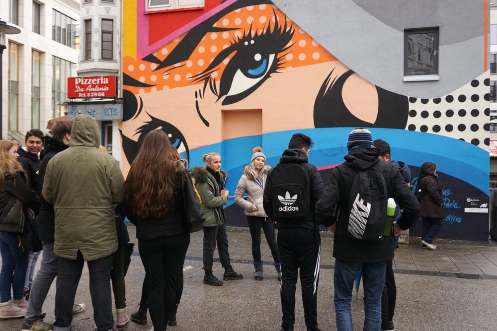 Re-Cover Your City | schoolwalks: Ein Kunstvermittlungsangebot von Schülerinnen und Schülern des DFG für saarländische Jugendliche zum ArtWalk Saarbrücken
