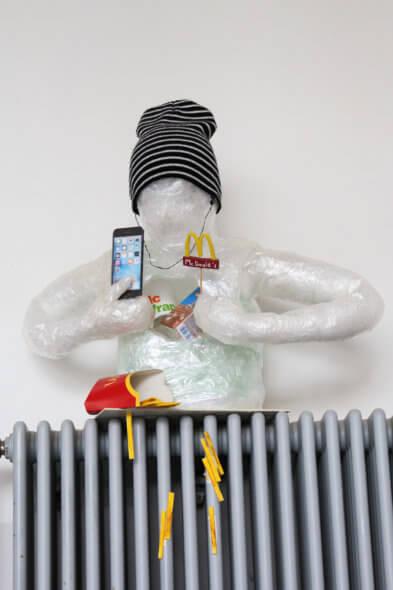 Der Plastik-Torso « Let out the consumption » von Thimothée Grehl und Max Leist ist ein Hingucker gleich beim Betreten der Eingangshalle. In unmittelbarer Nähe zur Cafeteria erinnert sie kritisch an unser Konsumverhalten.