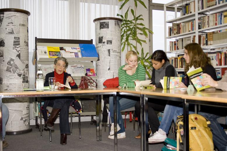 Spanische Jugendbuchautorin Mercedes Neuschäfer-Carlón zu Besuch am DFG